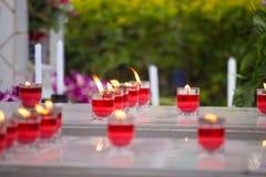 Stearinljus som bränner på en kyrkogård under all helgondag arkivfoton