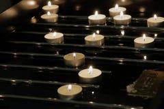 Stearinljus som bränner på en mörk bakgrund Arkivfoto