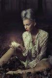 stearinljus som rymmer den SAD kvinnan Royaltyfria Bilder