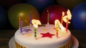 Stearinljus som ut blåsas på födelsedagkakan