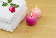 stearinljus tände vita rosa handdukar Royaltyfri Foto
