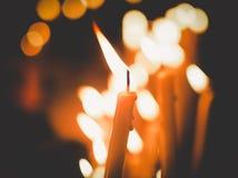 Stearinljus tänder på natten, abstrakt glödande bakgrund Royaltyfria Bilder