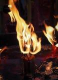 Stearinljus tänder på natten, abstrakt glödande bakgrund Royaltyfri Fotografi