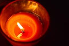 Stearinljusbränning på natten arkivbild