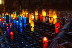 Stearinljusen i den Montserrat kloster Fotografering för Bildbyråer