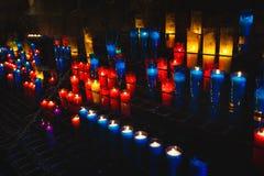 Stearinljusen i den Montserrat kloster Royaltyfri Foto