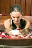 stearinljuset badar den vertikala kvinnan Arkivbilder