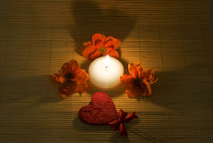 stearinljuset blommar hjärtateckensurround Royaltyfria Foton