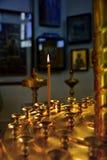 stearinljuset bränner i kyrkan Royaltyfri Fotografi