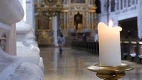 Stearinljuset bränner i kyrkan av St Michael Munich Tyskland stock video