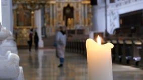 Stearinljuset bränner i kyrkan av St Michael Munich Tyskland lager videofilmer
