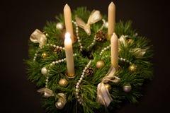 stearinljuset och glass bollar med sprucen fattar Arkivfoto