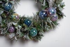 stearinljuset och glass bollar med sprucen fattar Fotografering för Bildbyråer