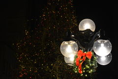stearinljuset och glass bollar med sprucen fattar Arkivbild