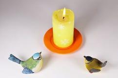 Stearinljuset och två fåglar II arkivfoto