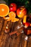 Stearinljuset orange frukt, äpple, kanelbruna pinnar nära funderade vin på träbakgrund julen dekorerar nya home idéer för garneri arkivbild