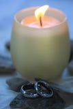 stearinljuset ringer bröllop Arkivfoto