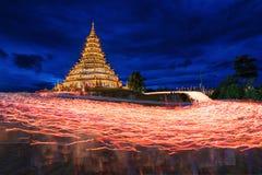 Stearinljuset som tändes på Huay plommoner, gjorde till kung templet arkivfoto
