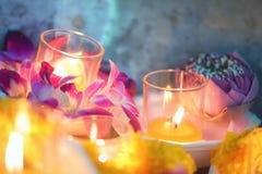 Stearinljuset tända thai kulturblomman går i den Asalha Puja dagen, den Magha Puja dagen, Visakha Puja Day royaltyfria bilder
