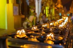 Stearinljuset tänder upp runt om den Shwedagon pagoden Royaltyfria Bilder