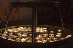 Stearinljushållare med stearinljus i ossuaryen i Sedlec Kostnice, Kutna Hora Royaltyfria Foton