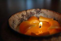 Stearinljusljus i ett kokosnötskal Fotografering för Bildbyråer