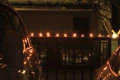 Stearinljusljus på dörrstaketet Framme av bilgaraget royaltyfria bilder