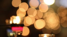 Stearinljusljus på suddighetsbakgrund