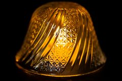 Stearinljusljus under en glass bunke för snitt royaltyfria bilder