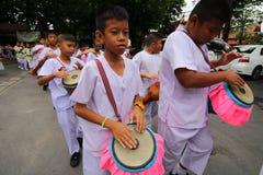 Stearinljustraditionsbuddism i Thailand Arkivbild