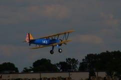 Stearman双翼飞机,在起飞 免版税图库摄影