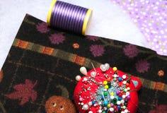 Stebnowanie materiał z nicią i igłami Fotografia Stock