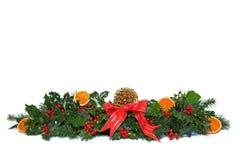 Stechpalme und getrocknete orange Weihnachtsgirlande. Stockbild
