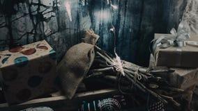 Stechpalmebeeren, Blätter, Mistel und schneebedeckter Baum auf Weiß Weihnachtsrustikaler Innenraum Bauernhausdekoration stock footage