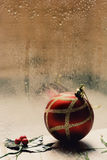 Stechpalmen- und Weihnachtsball an einem regnerischen Tag Stockbild