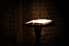 Stechpalmenbibel in der alten Kirche Stockfoto