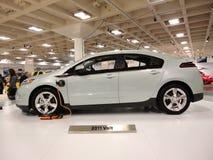 Steckbares hybrides Auto Chevy Volt auf Bildschirmanzeige Stockbild