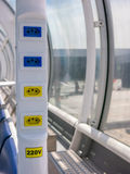 Steckdose im brasilianischen Flughafen - 110V 220V - Santos-dumont Flughafen Stockbild