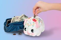 Stecken des Geldes in die piggy Querneigung Lizenzfreie Stockbilder