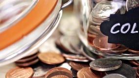 Stecken eines Geldes in eine piggy Querneigung stock footage