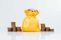 Stecken eines Geldes in eine piggy Querneigung Stockfotografie