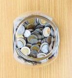Stecken eines Geldes in eine piggy Querneigung Lizenzfreies Stockfoto