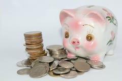 Stecken eines Geldes in eine piggy Querneigung Lizenzfreies Stockbild