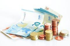Stecken eines Geldes in eine piggy Querneigung nahaufnahme Lizenzfreie Stockfotografie