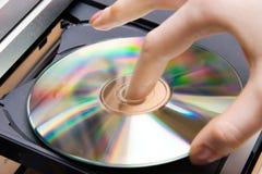 Stecken Sie CD in Spieler ein Stockfotos