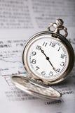 Stecken Sie Uhr auf der Zeitung ein Lizenzfreie Stockbilder