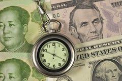 Stecken Sie Uhr und Dollar USA gegen RM ein Stockfotografie