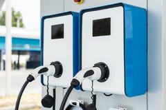 Stecker der Stromkabelversorgung für das Elektro-Mobil, das Ev St. auflädt lizenzfreie stockfotos