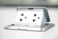 Stecker des elektrischen Stroms auf Tabelle Lizenzfreies Stockbild