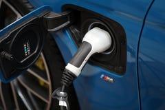 Stecksystem des elektrischen Automobils BMWs i8 angezeigt an der 3. Ausgabe von MOTO-ZEIGUNG in Krakau polen Stockbild